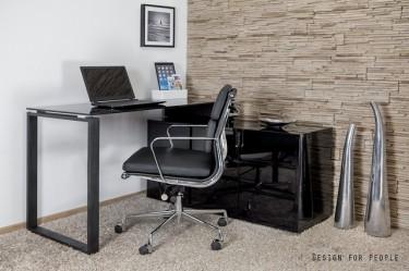 Czarne biurko z szafką w wysokim połysku oraz obrotowe tapicerowane krzesło