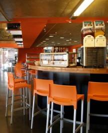 Wysokie krzesła kawiarniane bez podłokietników na metalowych nogach