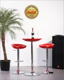 Obrotowe hokery z regulacją wysokości oraz stolik barowy z okrągłym czerwonym blatem na chromowanej podstawie
