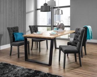 Pikowane krzesła w towarzystwie stołu na metalowych płozach z drewnianym blatem w stylu industrialnym