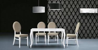 Biały stół ze szklanym blatem w towarzystwie drewnianych krzeseł z tapicerowanym siedziskiem i oparciem