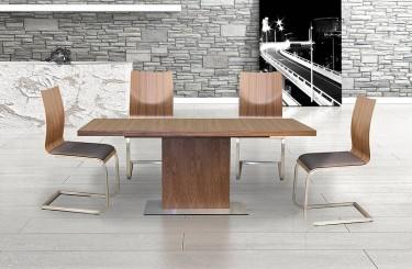 Rozkładany stół na jednej nodze w okleinie naturalnej i sklejkowe krzesła na chromowanych płozach