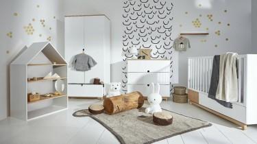Skandynawski zestaw mebli z łóżeczkiem z funkcją tapczanika i regałem w kształcie domku w pokoju niemowlaka