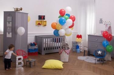 Zestaw mebli w kolorze szarym z łóżeczkiem i dwudrzwiową szafą na ubranka w pokoju dla dziecka