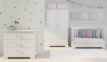 Zestaw mebli dziecięcych z łóżeczkiem z funkcją sofy i tapczanika w pokoju dla dziewczynki