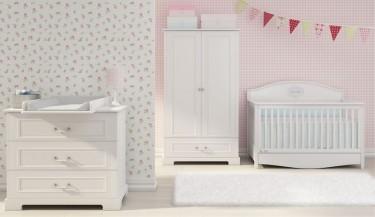 Zestaw mebli w kolorze białym z wielofunkcyjnym łóżeczkiem w pokoju dla dziewczynki z różowymi ścianami i dodatkami