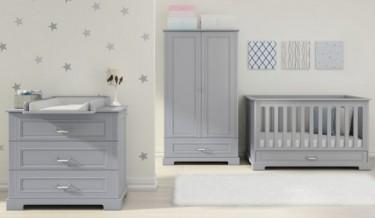 Wielofunkcyjne łóżeczko i komoda z przewijakiem w pokoju dla małego dziecka