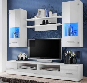 Białe meble z frontami w wysokim połysku i niebieskim oświetleniem LED