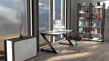 Biurko na czarnej metalowej podstawie oraz regały z półkami ze szkła hartowanego