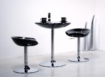 Stolik kawowy z okrągłym czarnym blatem o połyskującej powierzchni i podstawie z chromowanego metalu