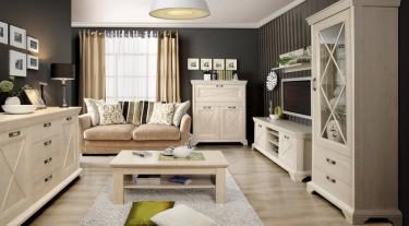 Meble w stylu prowansalskim z uchwytami w kolorze starego srebra w dużym salonie z drewnianą podłogą