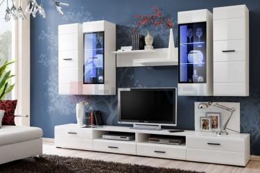 Zestaw białych mebli o połyskujących frontach z przeszklonymi szafkami i niebieskim oświetleniem LED