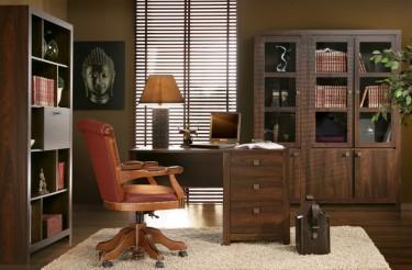Gabinet w tradycyjnym stylu z ciemnymi meblami w imitacji drewna koloru dąb durance