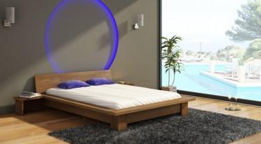 Niskie łóżko z szafkami nocnymi i wyprofilowanym wezgłowiem z drewna sosnowego