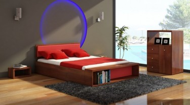 Komplet sosnowych mebli do sypialni wyposażonych w łóżko z ławeczką i tapicerowanym wezgłowiem