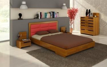 Sosnowe meble do sypialni z pojemną komodą oraz łóżkiem z tapicerowanym wezgłowiem