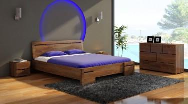 Wysokie łóżko z profilowanym wezgłowiem oraz szafki nocne i komody z szufladami z litego drewna sosnowego