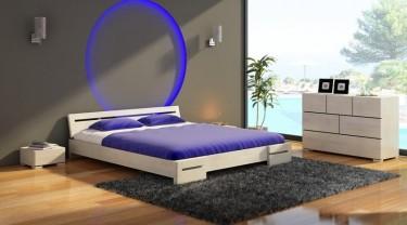 Białe sosnowe meble do sypialni z niskim łóżkiem i komodą wyposażoną w sześć szuflad