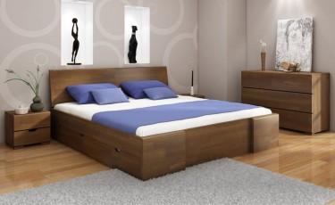 Bukowe meble do sypialni z komodą szafkami nocnymi oraz wysokim łóżkiem z pojemnymi szufladami