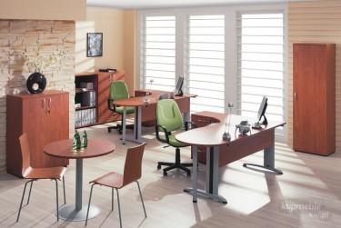 Zestaw mebli pracowniczych z biurkami narożnymi oraz szafami na dokumentację biurową i stolikiem kawowym