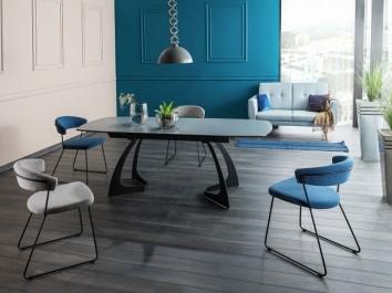 Rozkładany stół do jadalni z ceramicznym blatem i tapicerowane krzesła na metalowych płozach