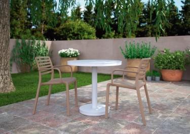 Okrągły stół na jednej nodze i krzesła z podłokietnikami z polipropylenu
