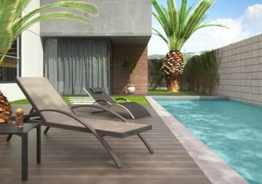 Szary leżak ogrodowy z regulowanym oparciem i komfortowymi podłokietnikami