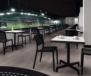 Czarne kawiarniane krzesła bez podłokietników z tworzywa sztucznego