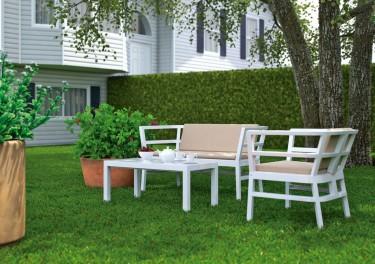 Białe krzesło ogrodowe z tworzywa sztucznego z szerokim siedziskiem i komfortowymi podłokietnikami