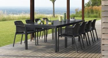Krzesła z perforowanym siedziskiem z tworzywa sztucznego w kolorze czarnym
