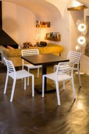 Aluminiowy stół z kwadratowym blatem i białe krzesła bez podłokietników