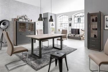 Rozkładany stół na płozach oraz przeszklone witryny w stylu industrialnym