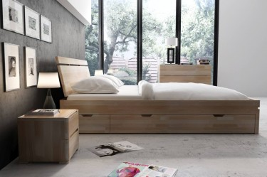 Bukowe łóżko z czterema szufladami na pościel oraz komoda i szafki nocne w naturalnym odcieniu drewna