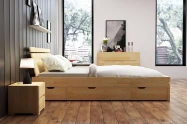 Łóżko z wysokim wezgłowiem i szufladami na kółkach umożliwiającymi przechowywanie pościeli oraz komoda i szafki nocne z drewna sosnowego