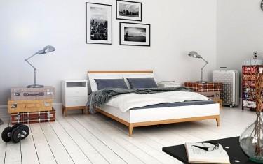 Łóżko z litego drewna bukowego i sosnowego oraz szafki nocne z szufladami na wysokich nóżkach