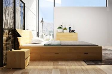 Sosnowy zestaw mebli do sypialni w formie łóżka z miejscem na przechowywanie pościeli oraz komody i szafek nocnych z szufladami