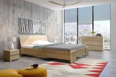 Komoda i szafki nocne z szufladami oraz łóżko z wysokim wezgłowiem z drewna bukowego