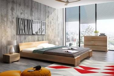 Niskie łóżko z zagłówkiem, szafki nocne oraz oraz komoda z trzema szufladami w naturalnym odcieniu drewna bukowego