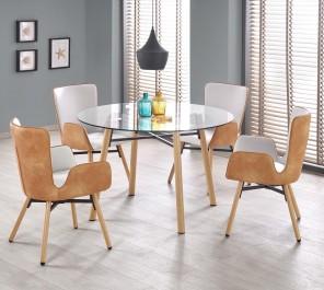 Szklany stół i krzesła z podłokietnikami w nowoczesnej jadalni z szarymi ścianami i dużymi oknami z żaluzjami