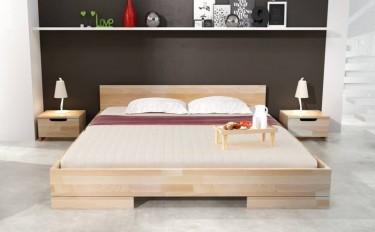 Niskie łóżko z wezgłowiem z drewna bukowego oraz szafki nocne z pojemną szufladą