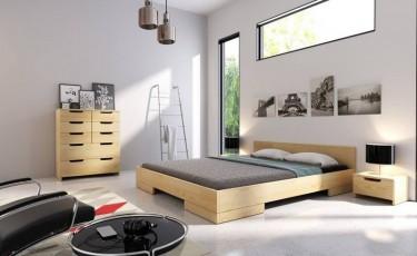 Niskie sosnowe łóżko oraz szafki nocne i komoda z ośmioma pojemnymi szufladami