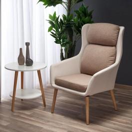 Fotel wypoczynkowy z miękkim siedziskiem ustawiony przy oknie w nowoczesnym salonie