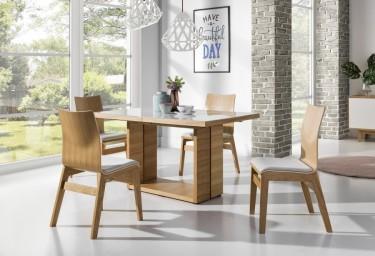 Rozkładany stół ze szklaną nakładką na blacie i drewniane krzesła z tapicerowanym siedziskiem