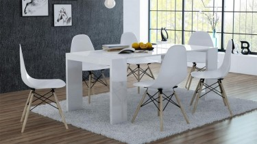 Biały rozkładany stół z funkcją biurka w towarzystwie nowoczesnych krzeseł bez podłokietników