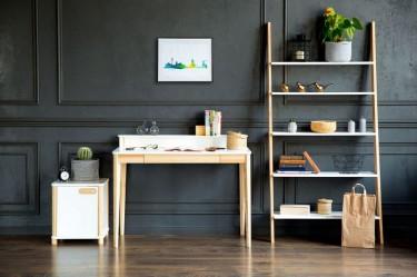 Biurko z kontenerkiem oraz regał na najpotrzebniejsze rzeczy w stylu skandynawskim w domowym kąciku do pracy