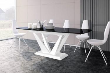 Jadalnia z dużym oknem i ciemną podłogą wyposażona w stół rozkładany do 2,5 metrów z czarnym blatem w wysokim połysku
