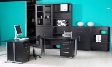 Zestaw czarnych mebli do biura z narożnym biurkiem i kontenerkami na kółkach