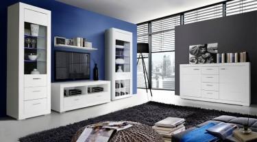 Białe meble do salonu z wysokimi witrynami, pojemną komodą oraz szafką RTV