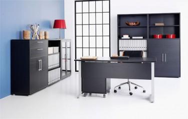 Czarne biurko na metalowej podstawie oraz kontenerek z szufladami i chromowanymi uchwytami