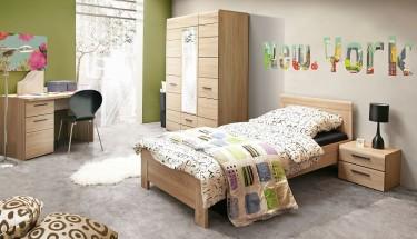 Biurko z szufladą i szafką w dekorze dąb sonoma oraz czarne krzesło na metalowej podstawie